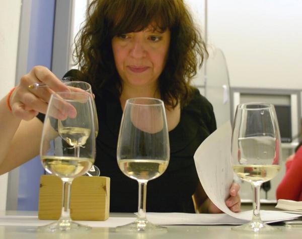 Mujer evaluando la calidad del Txakoli de Getaria